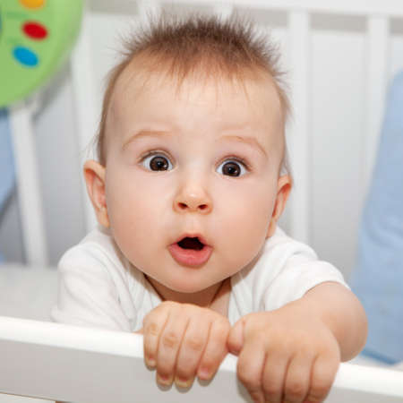 ojos marrones: 8 meses de edad bebé lindo tiene algo importante que decirte Foto de archivo
