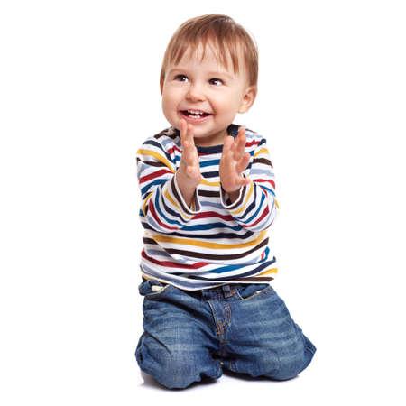 manos aplaudiendo: Adorable niño de un año de edad aplaudiendo y divirtiéndose, aislado en blanco