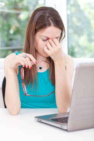 ojo humano: Imagen de una mujer en el mostrador de la oficina, tener dolor de cabeza