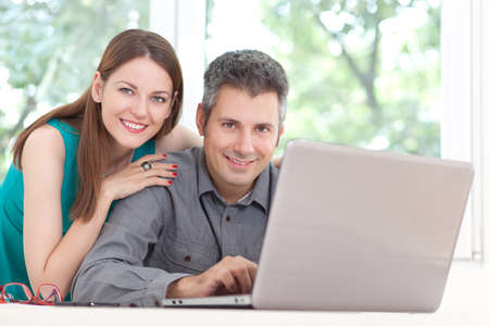 mujeres felices: Hermosa joven pareja utilizando el port�til