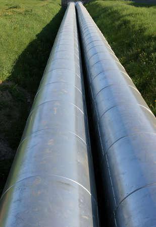 perspectiva lineal: De acero inoxidable de dos tuber�as de agua caliente va a el horizonte