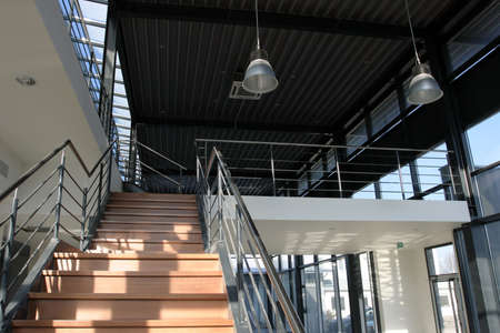 bedrijfshal: Modern industrieel gebouw - stalen trap met houten afwerking.