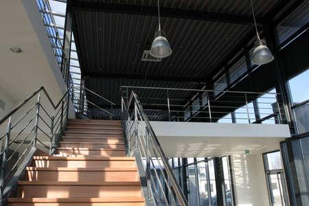 batiment industriel: Moderne b�timent industriel - escalier en bois, en acier finition.