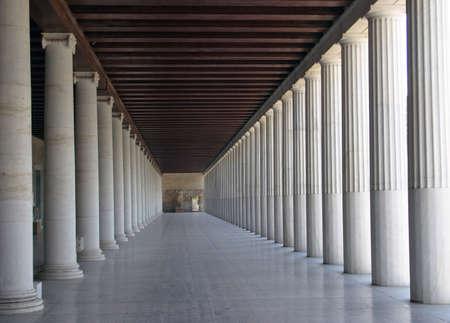 grec antique: Grec ancien stoa de reconstruction - colonne d'arcade.