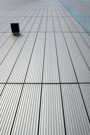perspectiva lineal: Contempor�neo muro cortina de acero con paneles de acero plegada y lineal divisiones en la perspectiva m�s uno montado luz