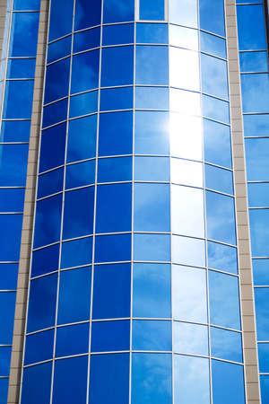 edificio cristal: Espejo del cielo en el moderno edificio de cristal