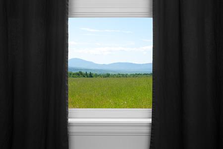 sipario chiuso: Estate paesaggio visto attraverso la finestra con tende nere Archivio Fotografico