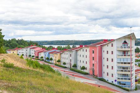residential neighborhood: Colorido barrio residencial rodeado de naturaleza viva moderna Foto de archivo