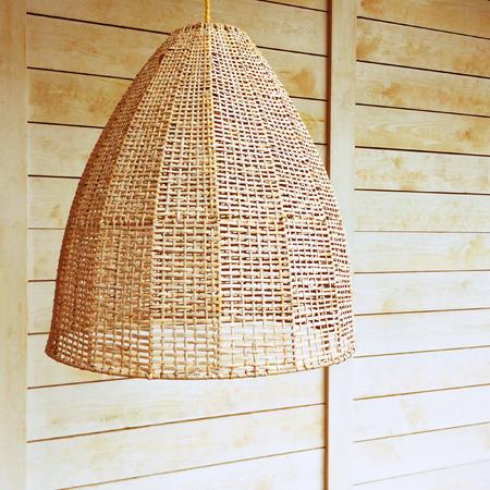 lampekap: Hanglamp met rieten kap, rustieke stijl.