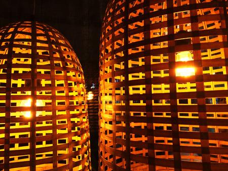 abatjour: Lampade con paralumi in vimini, illuminazione accogliente. Archivio Fotografico