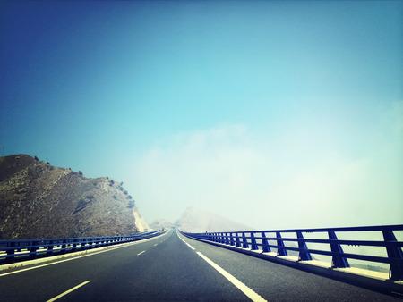 vintage: Highway gaan door de bergen. Andalusië, Spanje.