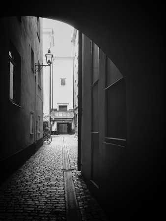 arcos de piedra: Viniendo Luz a través de un arco. Gamla Stan, el centro histórico de Estocolmo.