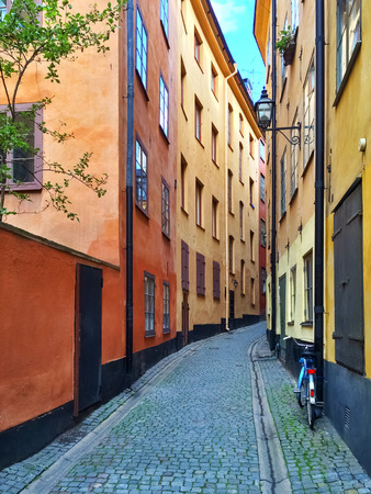 gamla stan: Narrow street with colorful buildings in Gamla Stan, historic center of Stockholm.