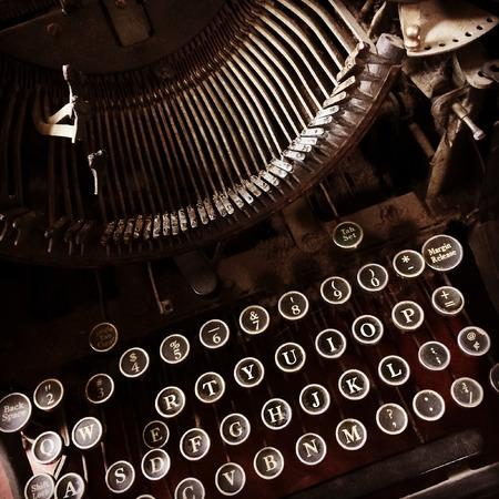 maquina de escribir: Primer plano de una máquina de escribir de la vendimia oscuro y oxidado. Foto de archivo
