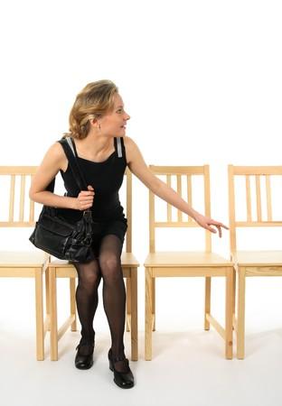 levantandose: Curioso joven levantarse de una silla y mirando. Foto de archivo