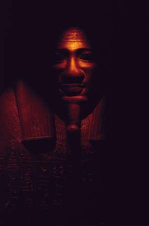 Tombeau �gyptien antique, darksome sarcophage