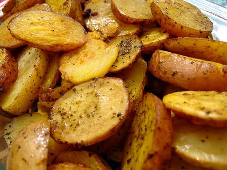 Roasted pommes de terre, lardons et les herbes dans le plat