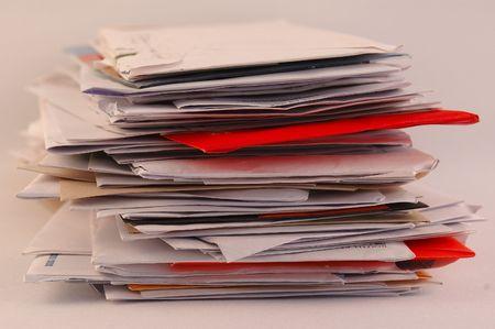 sobres para carta: Una mayor parte de cartas de colores y el correo basura en una mesa aislada en fondo blanco  Foto de archivo