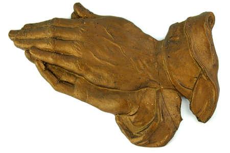 mains pri�re: Deux vieux mill�sime brun mains en pri�re faite � partir d'argile et isol�es sur fond blanc Banque d'images