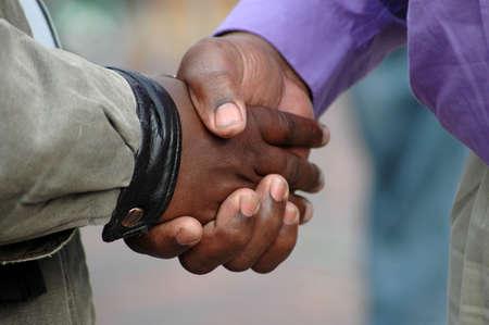 manos estrechadas: Dos hombres African American negro agitando sus manos como una señal de gran amistad y para decir adiós