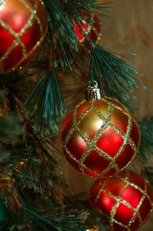 red glittery: Ornamenti di Natale - Rosso e oro glittery ornamenti adornano un albero di Natale.