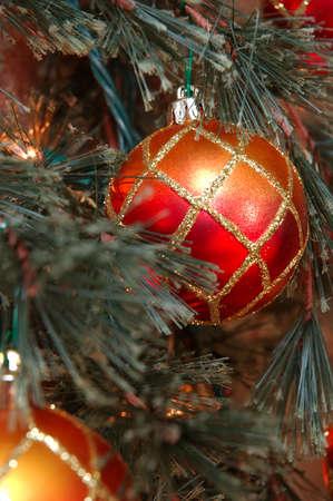 red glittery: Ornamenti di Natale - Rosso e ornamenti d'oro glittery adornare un albero di Natale. Archivio Fotografico