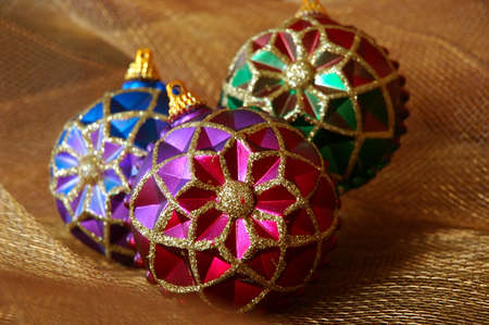 netting: Vintage Christmas Ornaments - Kleurrijke vintage kerst ornamenten op glanzend goud verrekeningsovereenkomsten weefsel. Stockfoto