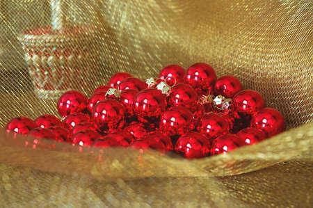 netting: Christmas Ornaments - glanzend rood ornament ballen op goud verrekeningsovereenkomsten weefsel.