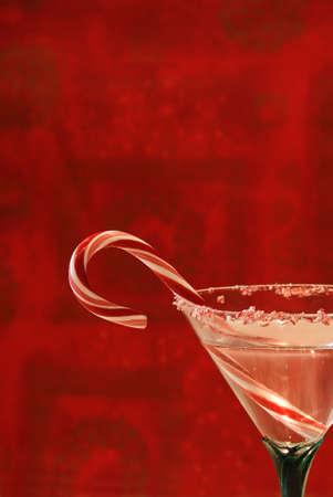 copa de martini: C�ctel de az�car de ca�a - Una bebida en un vaso muy dispuestos a brindar las vacaciones.