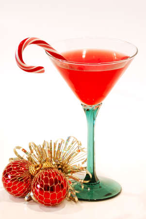 canne: Natale Cheer-Un cocktail in un bel brindisi di vetro pronti per le vacanze, isolata su sfondo bianco. Archivio Fotografico