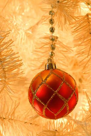 red glittery: Ornamento di Natale - Macro tiro di un rosso glittery vacanza ornamnent appeso su un antico albero artificiale bianco dal 1950. Focus sulla parte superiore della palla.