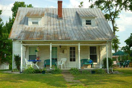 would: Fissatore Superiore - Bungalow nel Paese - Un simpatico vecchio binario di raccordo bungalow di legno nel paese che una immobiliare rimanda a un fissatore-superiore.  Archivio Fotografico