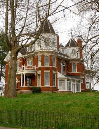 house gables: Hist�rico Brick Inicio Circa principios de 1900 - Una t�pica casa de ladrillo de dos pisos en el pa�s, que fue construido en el a�o 1900 en Kentucky, EE.UU..