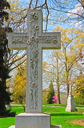memorial cross: Memorial marcatore a croce gravi storico Spring Grove Cimitero a Cincinnati Ohio Stati Uniti d'America. Spring Grove � il secondo pi� grande cimitero negli Stati Uniti ed � stata fondata nel 1845.