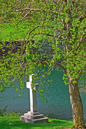 memorial cross: Memoriale croce sulla riva storico a Spring Grove Cimitero a Cincinnati Ohio Stati Uniti d'America. Spring Grove, � il pi� grande cimitero negli Stati Uniti ed � stato istituito nel 1845.