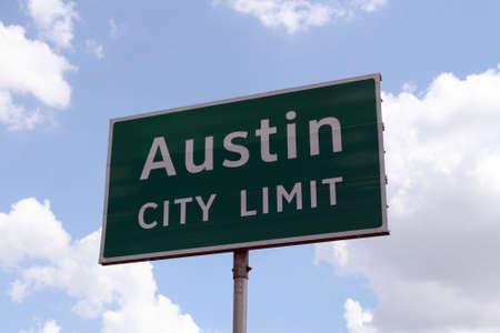 austin: Ein Austin City Limit Schild nahe. Lizenzfreie Bilder