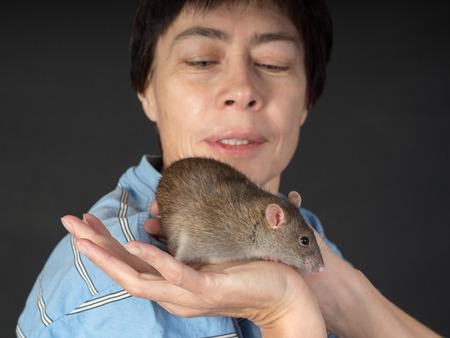 rata: retrato de una mujer con una rata dom�stica Foto de archivo
