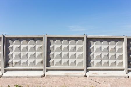 enclosing: tipica recinzione in cemento che racchiude il cantiere