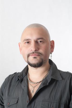 homme chauve: portrait of a bald man close up