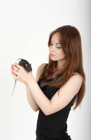 rata: retrato de una muchacha con una rata mascota Foto de archivo