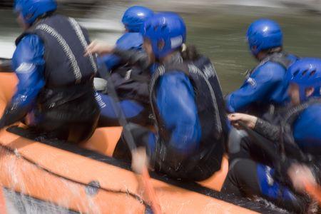perseverar: Whitewater rafting en un r�o de monta�a. Con tr�pode y largo tiempo de exposici�n - moci�n borrosa.  Foto de archivo