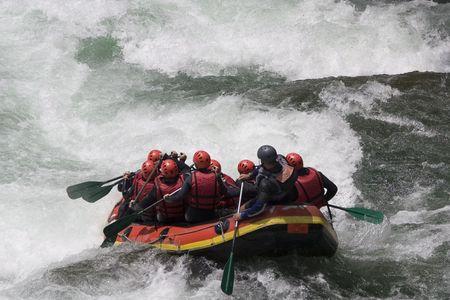 perseverar: Rafting barco justo antes de los r�pidos de un r�o blancas