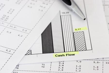 flujo de dinero: Los documentos mercantiles con bol�grafo se centran en las palabras del flujo de caja