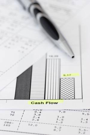 flujo de dinero: Negocios documentos con bol�grafo centrarse en el flujo de caja de las palabras  Foto de archivo