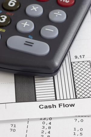 flujo de dinero: Los documentos mercantiles y calculadora - se centran en las palabras del flujo de caja