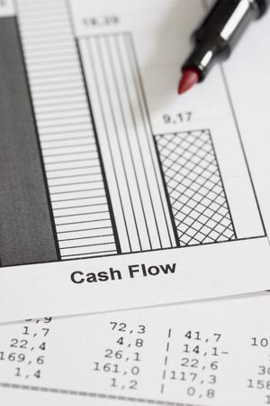 flujo de dinero: Los documentos mercantiles y l�piz rojo. Conc�ntrese en las palabras del flujo de caja  Foto de archivo