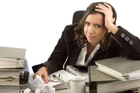 wanorde: Jonge secretaresse zoekt op een desktop met bestanden en documenten