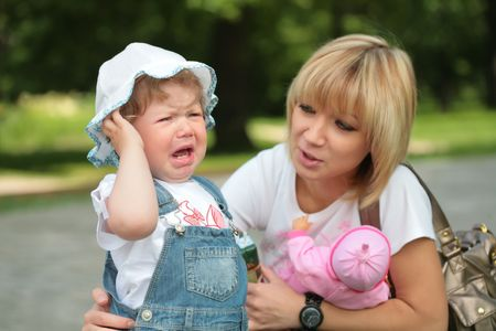 mamma: mamma and crying daughter in park on walk Stock Photo