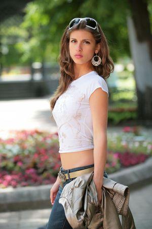 splendide: splendide brune en lumi�re t-shirt et des jeans avec veste argent�e