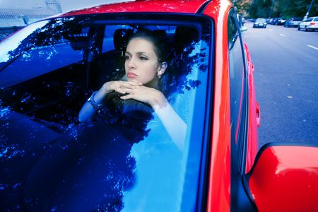 donna in auto rossa sogni del futuro  Archivio Fotografico